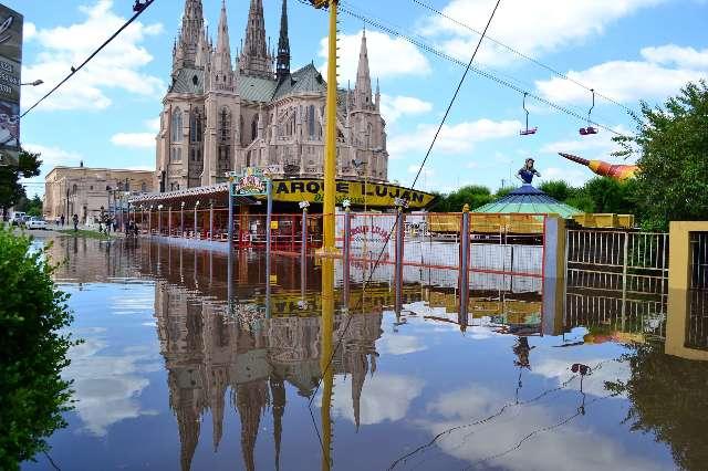 Basilica de Luján con agua