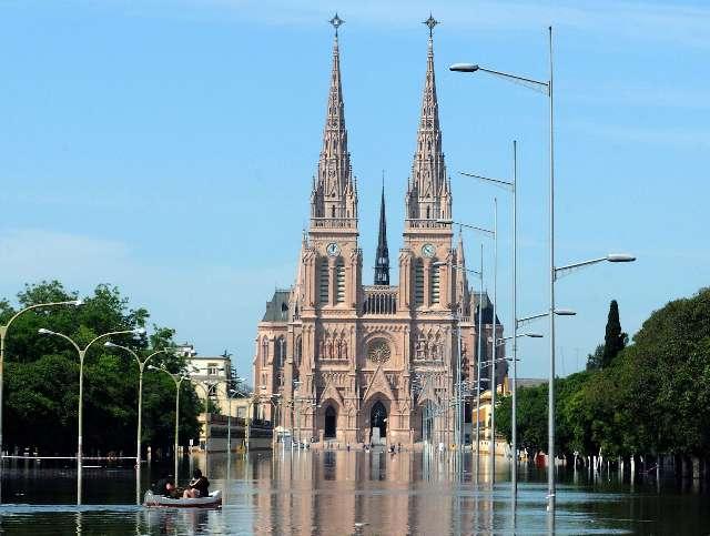 Basílica de Luján cercada por el agua