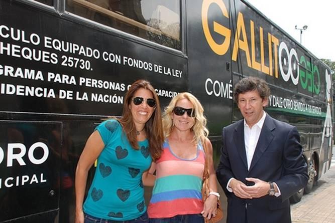 Milagros Lay González, Vanina Oneto y Gustavo Posse frente al Gallito Ciego Móvil