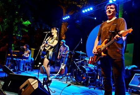 Fabiana Cantilo cantó ante cientos de vecinos en el Museo Ciudad de San Fernando