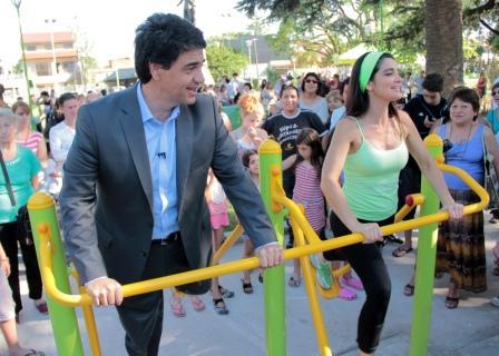 Verónica Varano fue mostrándole a los vecinos cada uno de los juegos de la plaza saludable para obtener los mejores resultados. Jorge Macri la acompañó e invitó a todos a sumarse