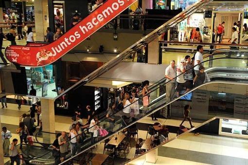 Ropa y juguetes dominan compras navideñas en ofertas de shopping