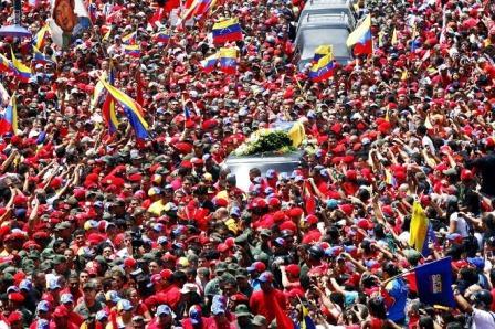 Los restos de Hugo Chávez son despedidos por una multidud