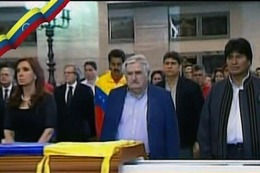 """Cristina Fernández manifestó su """"profundo pesar"""" por la muerte de Chávez, al participar de funeral en Caracas"""