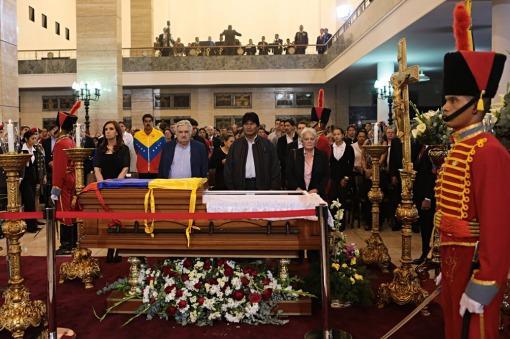 La presidenta Cristina Fernández de Kirchner destacó hoy que la memoria del fallecido mandatario Hugo Chávez vive ahora en todos y cada uno de los venezolanos