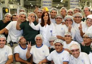 La Presidenta Cristina Fernández inauguró  una nueva línea de producción de desodorantes  de Unilever