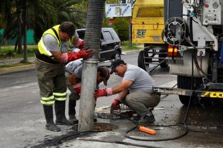 El Municipio de San Fernando realiza tareas de limpieza en los sumideros de la Av. Avellaneda