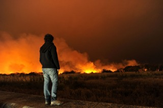 Un gran incendio en la reserva ecológica fue controlado esta noche por los bomberos