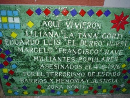 """Colocan baldosa en homenaje a tres militantes políticos asesinados durante la dictadura militar, bajo la consigna """"San Isidro Elige Memoria"""""""