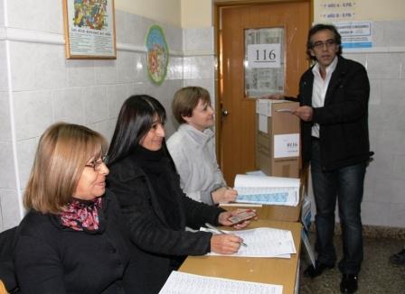 Sandro Guzmán voto en la escuela Cristo Rey