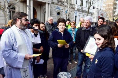 El Intendente Luis Andreotti saludó a los peregrinos en la Plaza Mitre, frente al Palacio Municipal.