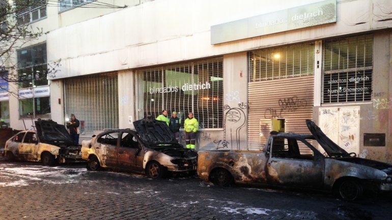 Se incendió un camión recolector de residuos y el fuego afectó a seis vehículos
