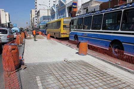 El Municipio de San Isidro realiza trabajos de mejora en la calzada de la Avenida Santa Fe.
