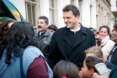 Massa recorrió la ciudad de Marcos Paz rodeado de cientos de vecinos