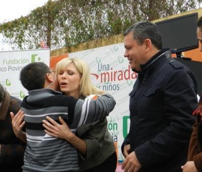 Encabezada por su titular, Karina Rabolini, la Fundación Banco Provincia realizó un vasto operativo solidario en una escuela del barrio Villa del Carmen, en el partido de San Fernando