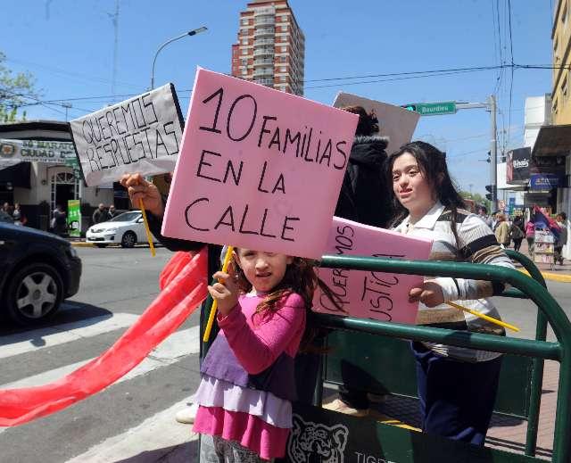 Vecinos de Benavidez se manifestaron en el municipio ante un posible desalojo
