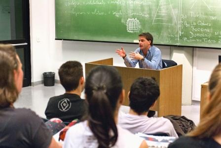Campbell disertó sobre trabajo social en la UCA