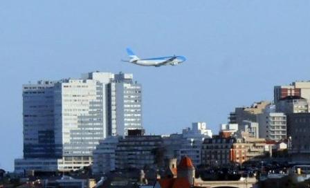 Un avión de Aerolíneas Argentinas hizo un vuelo rasante sobre el mar