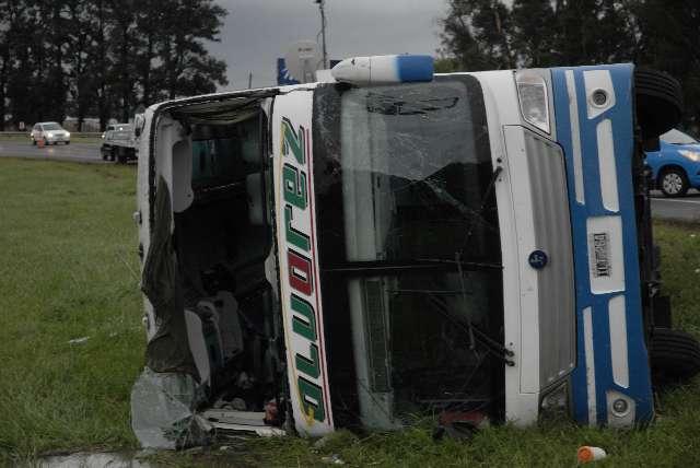 Una mujer murió y otras 35 personas heridas por vuelco de micro en ruta 2