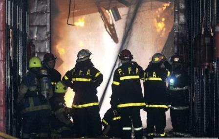 Al menos ocho bomberos muertos y nueve heridos por un incendio y derrumbe en un depósito de Barracas