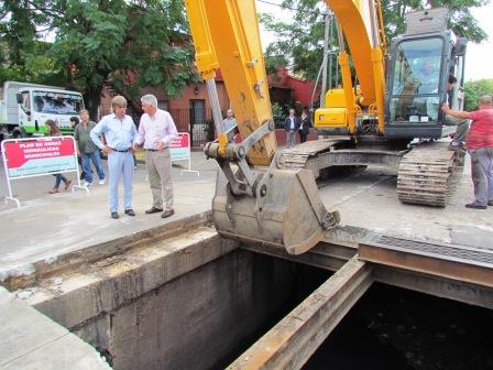 San Fernando y San Isidro trabajan en conjunto en la limpieza y desobstrucción del conducto de la calle Uruguay