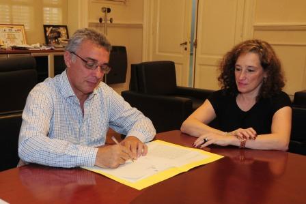 El Intendente de Tigre, Julio Zamora se reunió con funcionarios y escribanías en su despacho para realizar la firma de 199 escrituras de protocolización Ley 11622