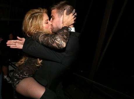 Apasionado beso de Shakira a Piqué al bajarse del escenario