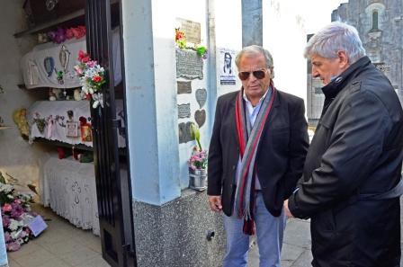 El Intendente de San Fernando Luis Andreotti y el padre de la joven víctima, Edgardo Aló, visitaron el Cementerio Municipal donde se encuentran los restos de Carolina