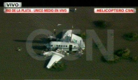 Cae una avioneta al Río de la Plata y rescatan con vida a sus tripulantes