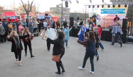 Vicente López celebró el Día de la Bandera con folklore y comidas típicas