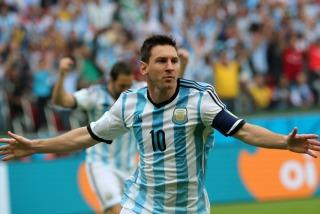 Dos goles de Messi, uno de tiro libre, y otro de Rojo le dieron el primer puesto en la zona al equipo de Sabella