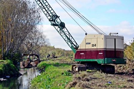 Luis Andreotti supervisó los trabajos de limpieza en el arroyo Fate