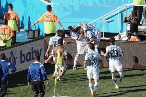 Argentina ganó en la agonía del alargue y sigue en el mundial