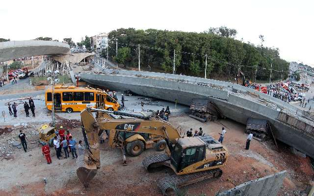 Al menos dos muertos y 22 heridos por la caída de un viaducto en Belo Horizonte