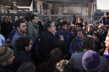 Legisladores bonaerenses visitaron a los trabajadores despedidos de Lear, en Pacheco.