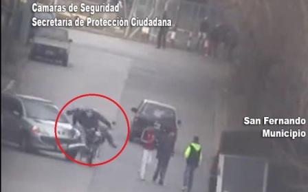 Espectacular choque de una moto contra un auto captado por las Cámaras de Seguridad de San Fernando