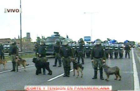 En medio de incidentes, desalojan a manifestantes que cortaban la autopista panamericana