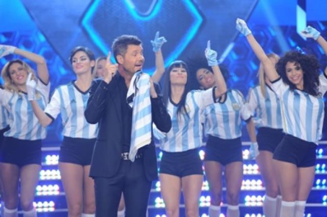 Marcelo Tinelli sosteniendo una remera de la selección hizo un repaso de los partidos ganados