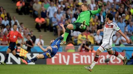 El árbitro Nicola Rizzoli omitió una jugada en la cual el arquero Manuel Neuer hizo un uso desmedido de la fuerza al ir en busca de una pelota ante Gonzalo Higuaín.