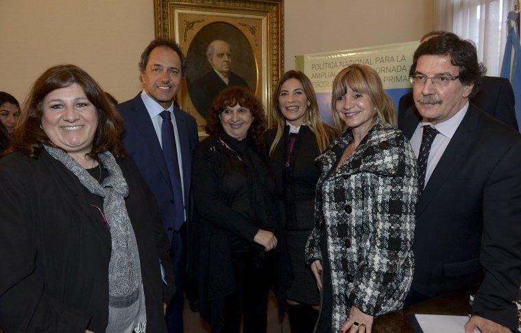 l gobernador Daniel Scioli firmó hoy un acuerdo con el ministro de Educación de la Nación, Alberto Sileoni, para la ampliación del horario escolar a jornada completa en el nivel Primario