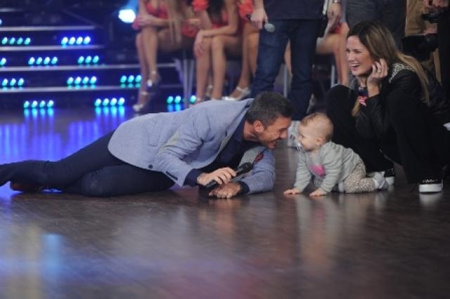 Tinelli a los besos con Olivia, la hija de Paula y Peter