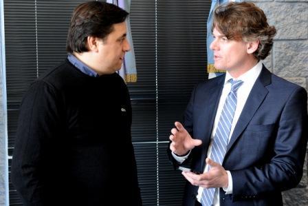 Nicolás Scioli (Vicepresidente ejecutivo del Grupo Provincia) demostrando el funcionamiento del Botón de Alerta a Rodolfo Manino Iriart (Diputado Provincial).