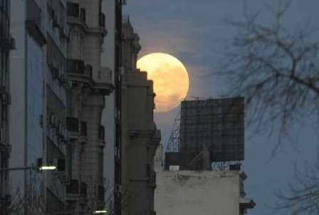 """Una """"súper luna"""" brilló al alcanzar su órbita más cercana a la Tierra"""