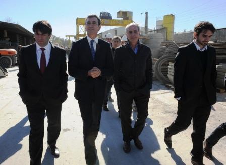 Bossio y Randazzo recorriendo una fábrica de durmientes en Tigre
