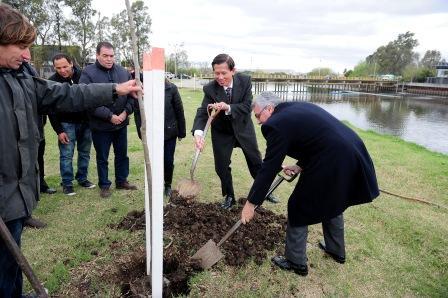 Julio Zamora junto al embajador de Taiwan plantaron especies autóctonas en el Camino de Los Remeros.