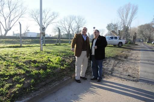 Castellano junto a Fontanet en la recorrida por los terrenos linderos al Ferrocarril Belgrano, en Villa Adelina