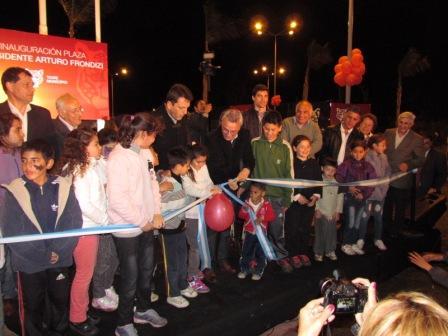 """Massa y Zamora inauguraron la nueva plaza """"Presidente Arturo Frondizi"""" en Benavidez"""