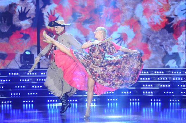 Luciano El Tirri apareció lookeado como un gaucho con boina y poncho. Junto a su pareja de baile, Barby Reali