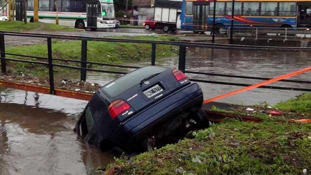 Un auto cayó en un arroyo en El Talar