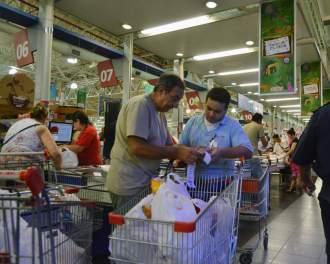 El consumo en caída libre: volvieron a bajar las ventas en supermercados, centros de compras y autoservicios mayoristas